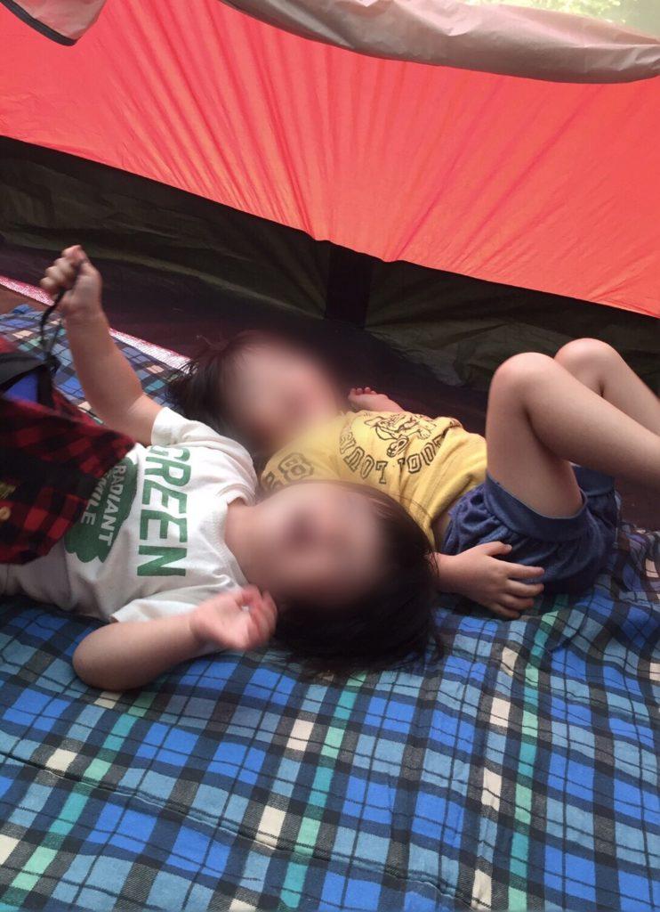 テントの中ではしゃぐ子供たち♪