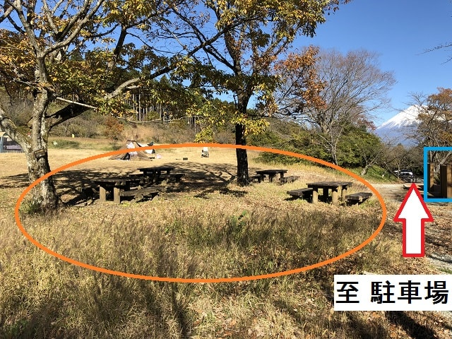 野田山健康緑地公園キャンプ場 トイレ前のテーブルベンチ