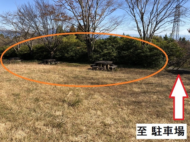 野田山健康緑地公園キャンプ場 駐車場裏のテーブルベンチ