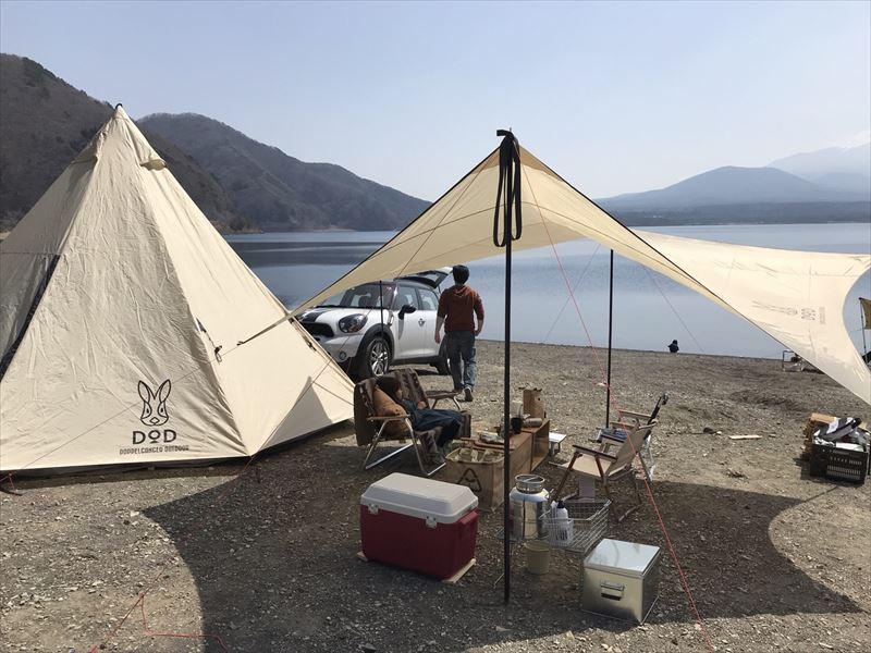 洪庵キャンプ場にて 車はテントと湖の間に配置