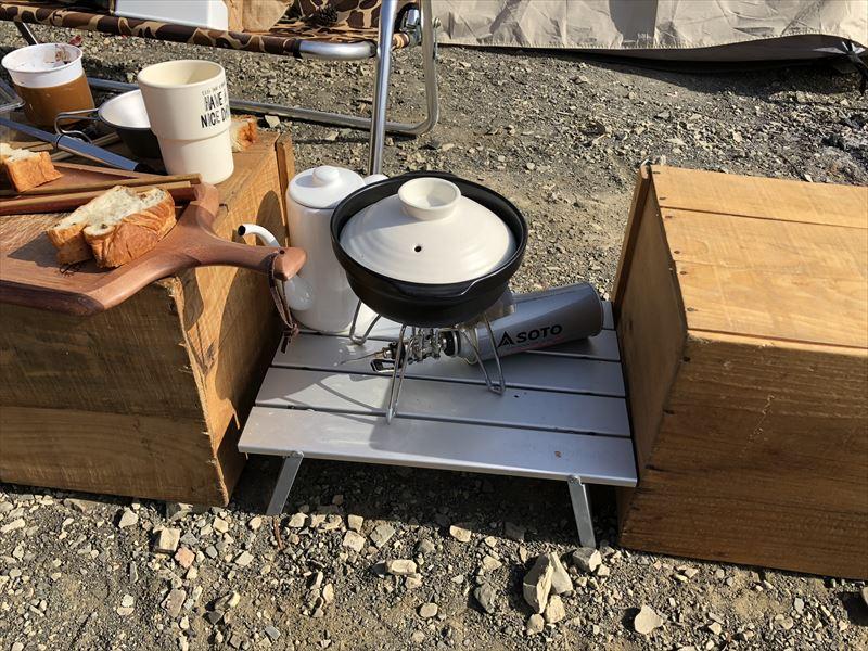 洪庵キャンプ場にて リンゴ箱の間にロールテーブル