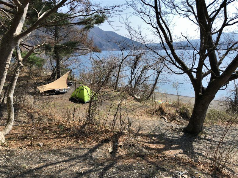 洪庵キャンプ場 林間サイト03林間部湖側下段