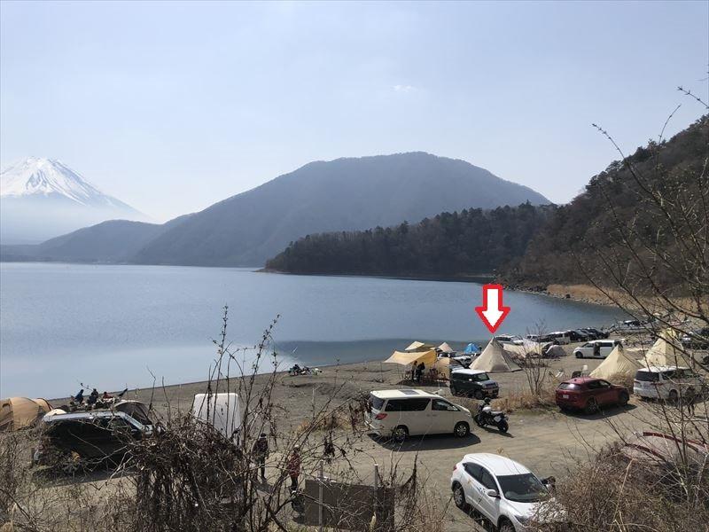 洪庵キャンプ場 湖畔サイトの傾斜(林間サイト高台から)
