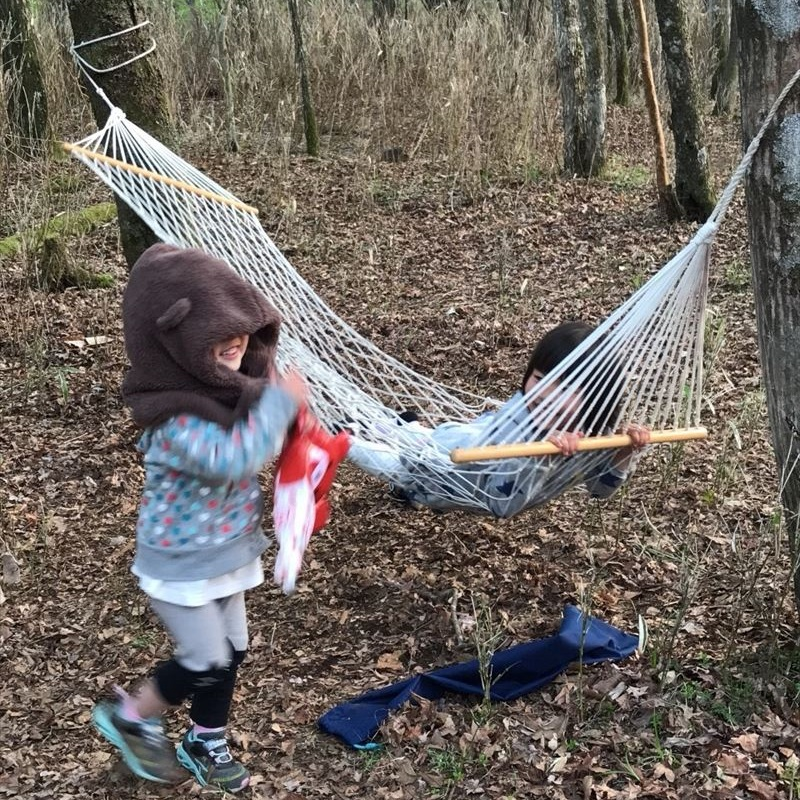 十里木キャンプ場 ハンモックで遊ぶ子供たち