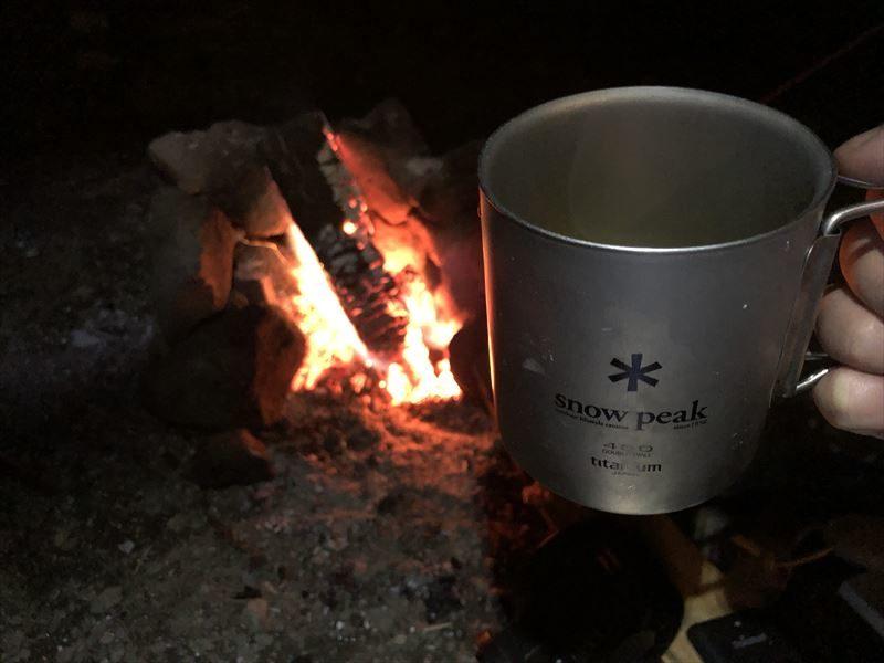 道志の森キャンプ場 石のかまどで焚き火02