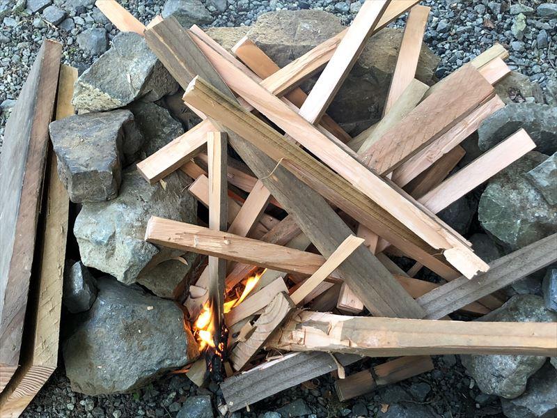 道志の森キャンプ場 板材を細く割って着火