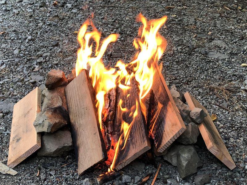 道志の森キャンプ場 板材で直火