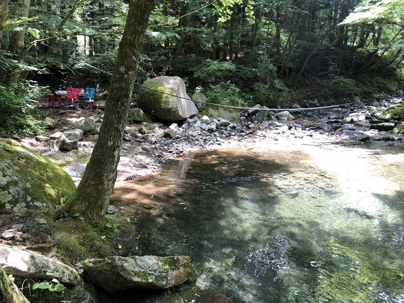 道志の森キャンプ場 エメラルドグリーンの川02