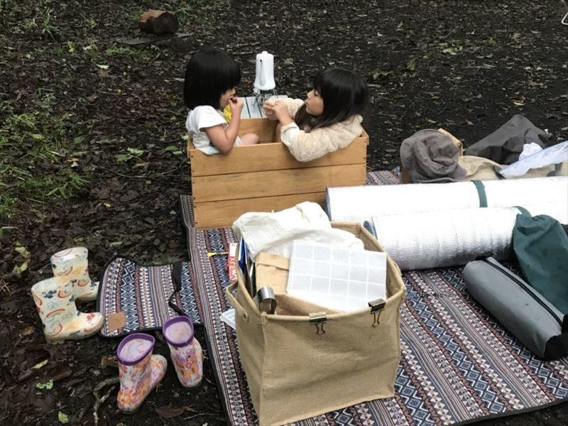 十里木キャンプ場 設営の間木箱で遊ぶ子供たち