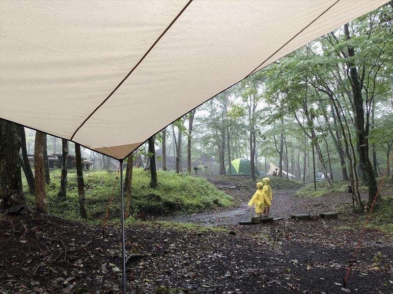 十里木キャンプ場 雨が降っても楽しそうな子供たち