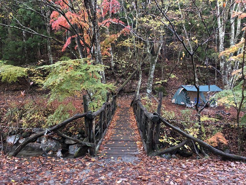 道志の森キャンプ場 離れサイトへの吊り橋と紅葉