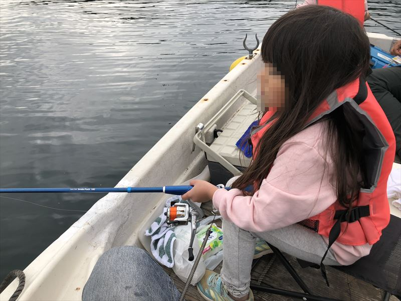 ボートで海釣り まったりと集中する上の子