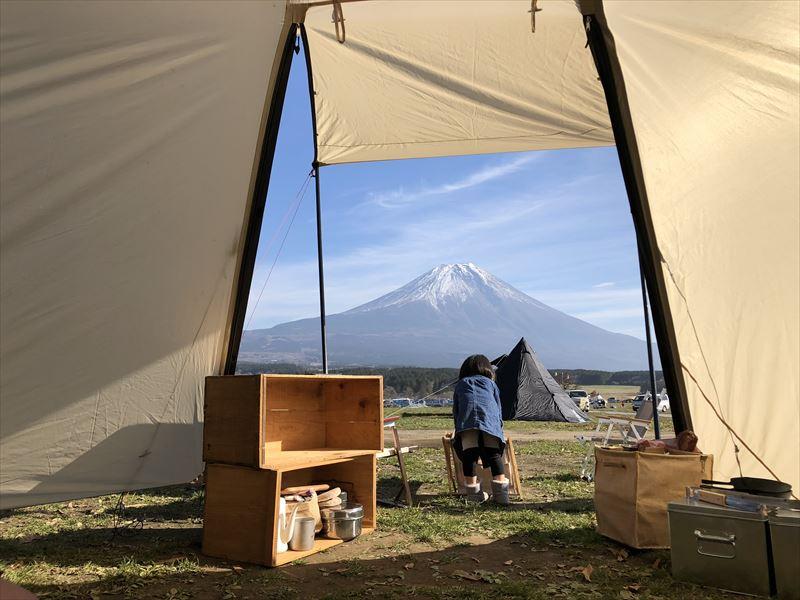 ふもとっぱら テント内から眺める富士山