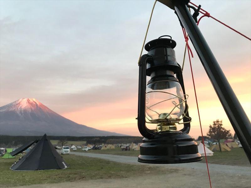 ふもとっぱら 夕日で赤く染まる富士山
