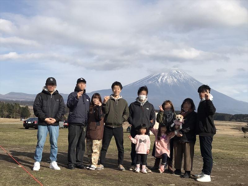 ふもとっぱら 富士山をバックに集合写真