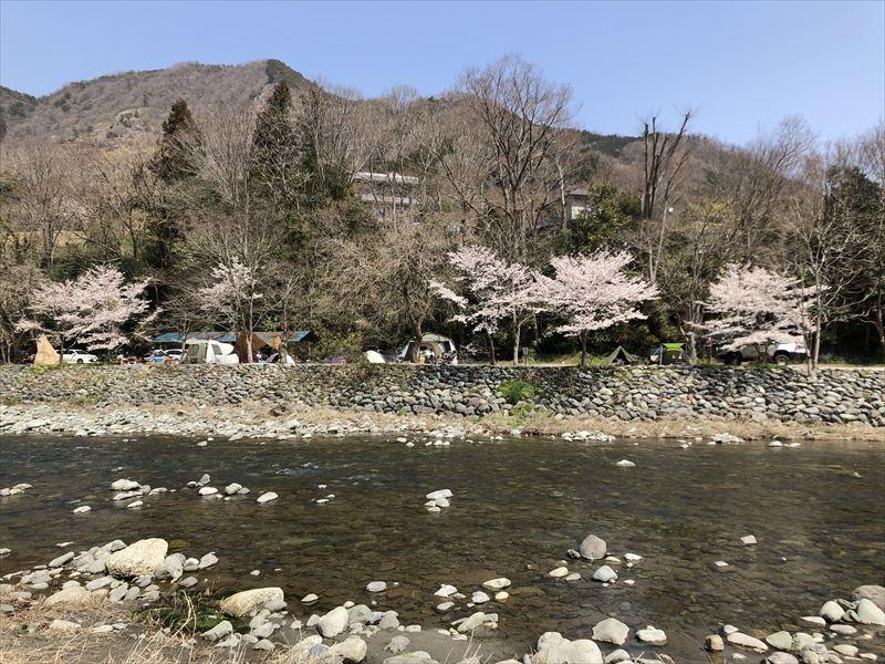 青野原オートキャンプ場 道志川を挟んで対岸に位置する新戸キャンプ場