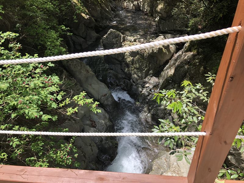 炭焼の杜 明ケ島キャンプ場 ファイアプレイス手前の橋から見た川