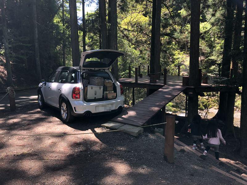 炭焼の杜 明ケ島キャンプ場 ウッドデッキサイト満月 駐車位置