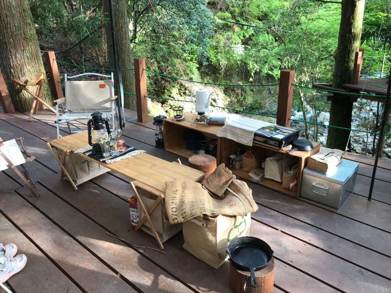 炭焼の杜 明ケ島キャンプ場 ウッドデッキはりんご箱が似合う!