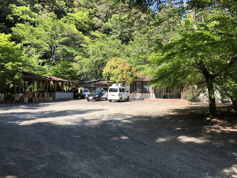 炭焼の杜 明ケ島キャンプ場 管理棟前駐車スペース
