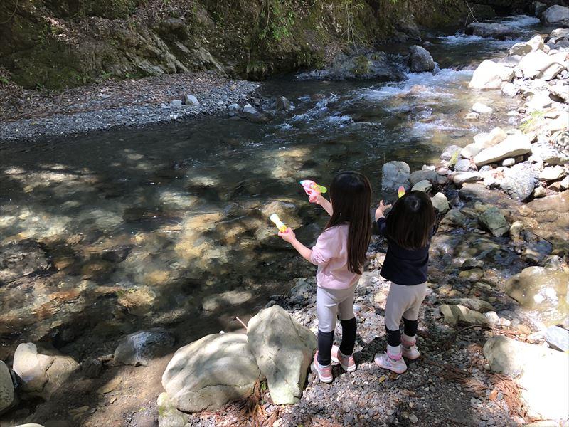 炭焼の杜 明ケ島キャンプ場 川で水遊び