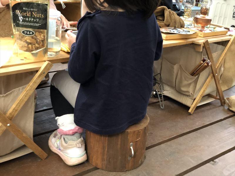 炭焼の杜 明ケ島キャンプ場 木製ウエイトが子供のイスにぴったり