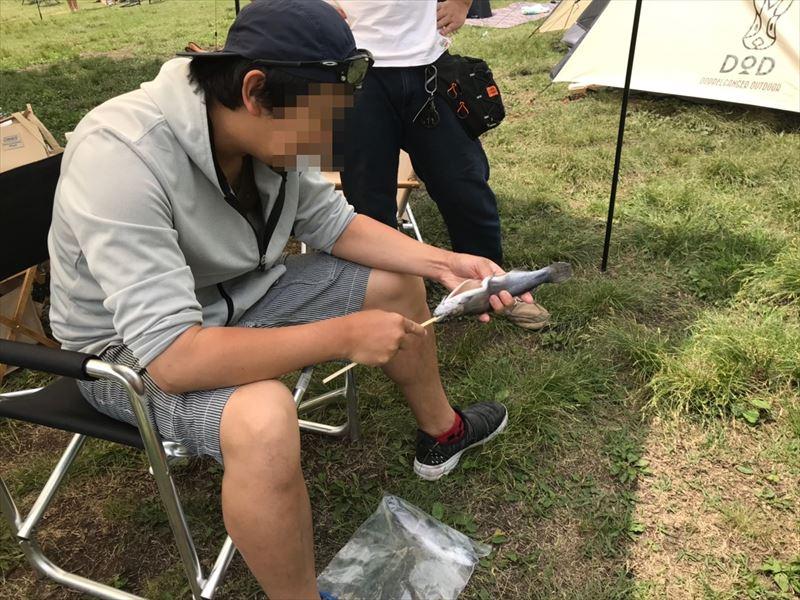 朝霧ジャンボリーオートキャンプ場 ニジマスの塩焼き 下ごしらえ 03