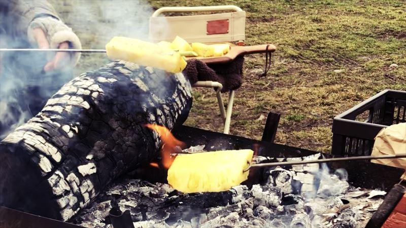 ふもとっぱらデイキャンプ 串焼き パイナップル