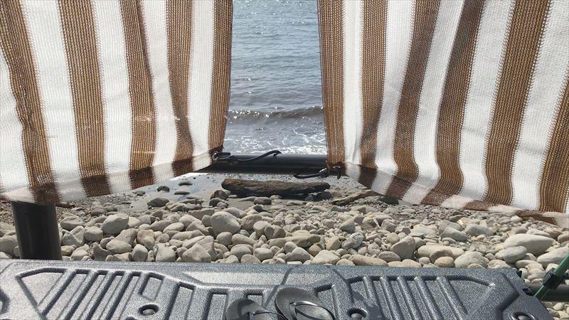 浮島海岸 ハイラックスのハードトノカバーにオーニングを取り付け フックロープ