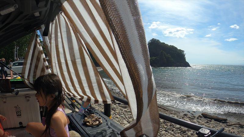 浮島海岸 ハイラックスのハードトノカバーにオーニングを取り付け