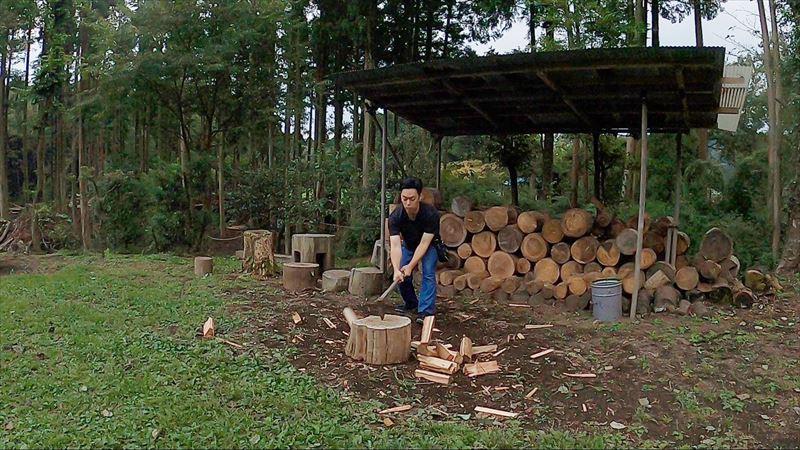 長田山荘キャンプ場 薪割り01